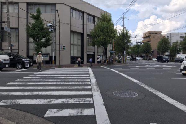 円町店まずは北に向いて信号を渡ります。