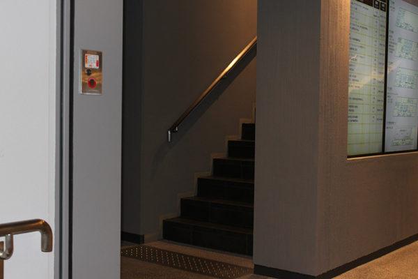 四条烏丸店3段の階段を上がってすぐ左の階段を登ります。