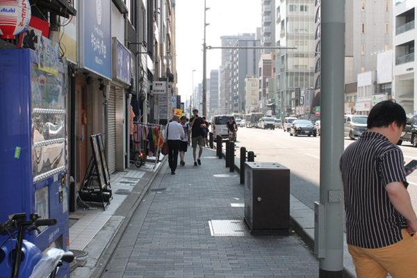四条烏丸店角のタバコ屋さんを右に巻いてそのまま四条通に沿って進みます