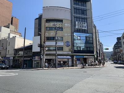三条河原町店京阪三条駅から河原町通りに徒歩5分、三条河原町交差点北東に面しています。