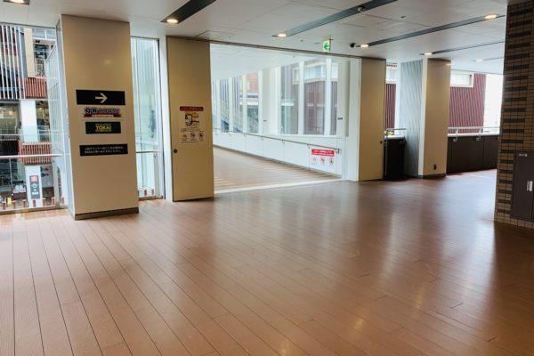 イオンモールKYOTO店2階へあがるとKaede館への連絡通路を渡らず右側の通路を進みます。
