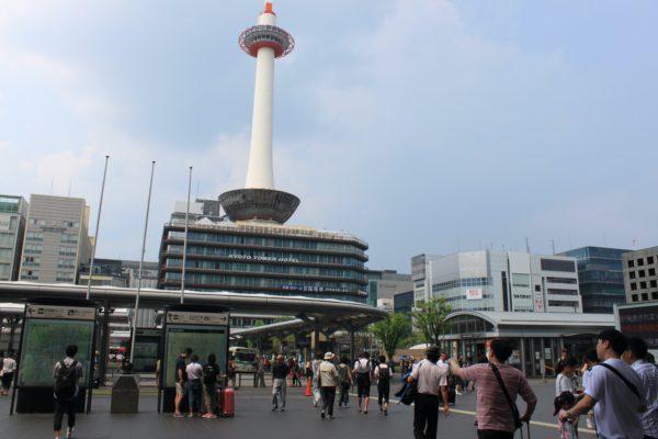 京都駅前店京都タワーを正面に右へ曲がります。