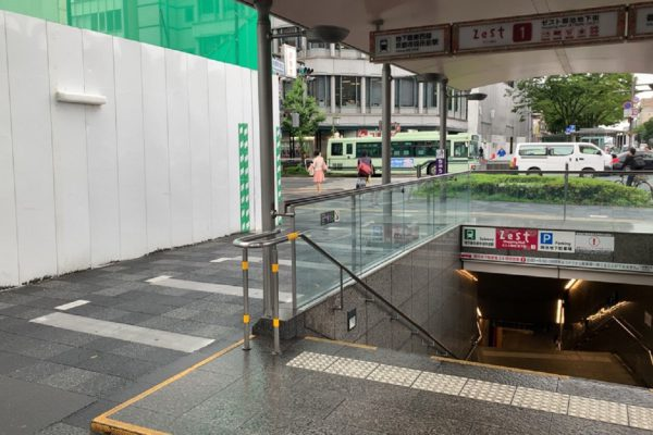 三条河原町店階段を昇り地上に出たら右に曲がります。