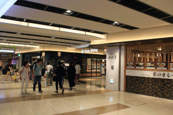 京都駅前店うどん屋さんの角を右へ曲がります。