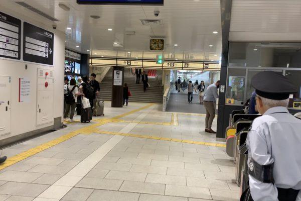 イオンモールKYOTO店地下鉄烏丸線南改札口を出て右側の階段をあがり新幹線乗り場の方向(ASTY ROAD)へ進みます。