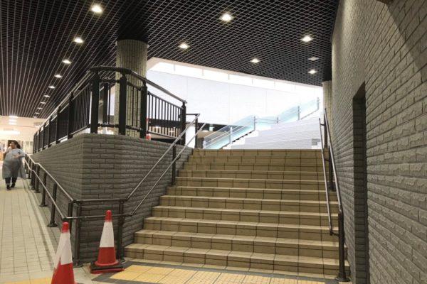 アバンティ店アバンティ地下へは入らず、右手に地上へ上がる階段が見えるので階段を上がります。