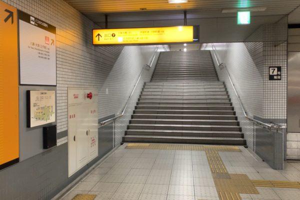 三条河原町店出口⑦の階段を昇ります。