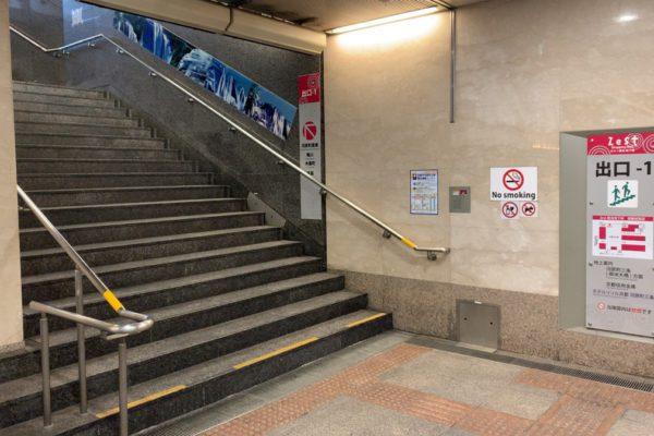 三条河原町店出口①の階段を昇ります。