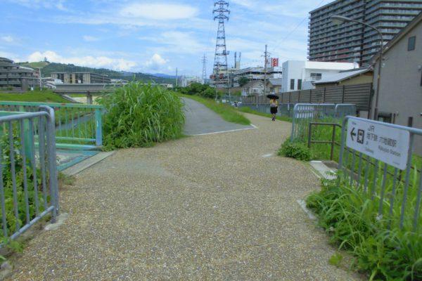 六地蔵店JR/地下鉄六地蔵駅までの矢印が記載された看板に従って歩道を直進します。