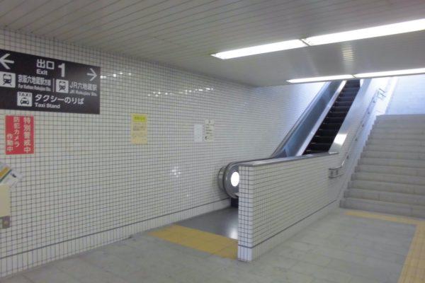 六地蔵店左右にエスカレーターがありますので右側のエスカレーターで地上へ上がります。