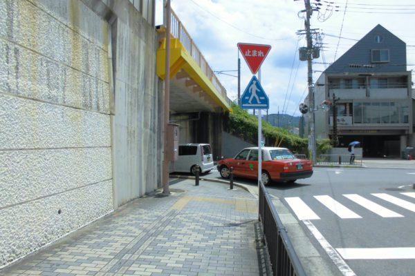 六地蔵店高架下を左に曲がります。