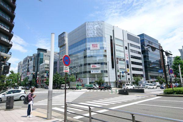 京都タワー前店烏丸塩小路交差点、北東角のビル(鳥居ビル)が当店の入るビルです。ビルにはECCさん、カメラのキタムラさん、コンタクトのアイシティさんの看板が掲示されています。
