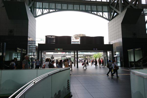 京都タワー前店京都駅中央改札口(東海道本線0番線すぐ)を出ます。