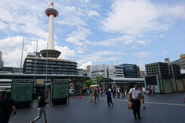 京都タワー前店烏丸口より正面に見える京都タワーを目指して進みます。