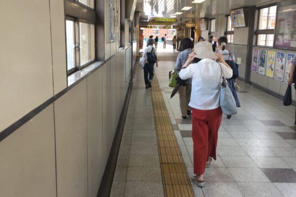 桂駅前店通路を進み陸橋の手前を右に曲がってください。