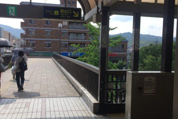 桂駅前店右側の階段を下りてください。