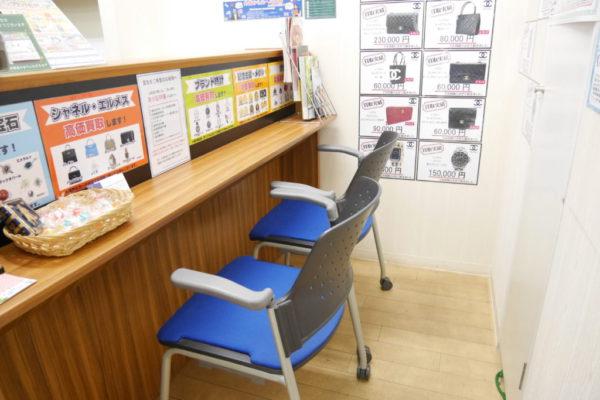 ラクセーヌ店ゆっくりお座りいただける個室の査定室完備で安心です。