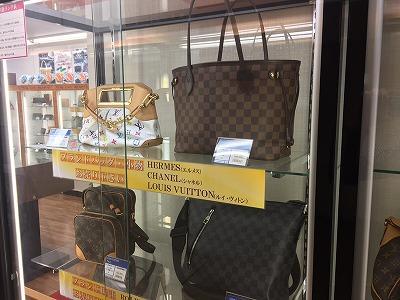 ラクト山科店ルイ・ヴィトンやシャネルなど状態の良いブランドアイテムが勢ぞろい。