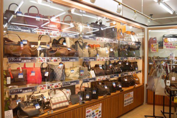 ラクセーヌ店ブランド品の店頭販売も行っております。掘り出し物が見つかるかもしれません!