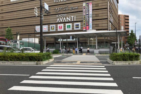 アバンティ店出口すぐの階段を上がり南へ進むと横断歩道の向こうにアバンティが見えますので、そのまま真っすぐ横断歩道(八条通り)を渡ります。