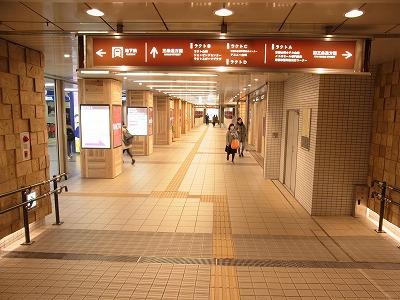 ラクト山科店地下道をまっすぐ歩いて頂くと左手に地下鉄山科駅、右手にメトロモールという建物がございます。