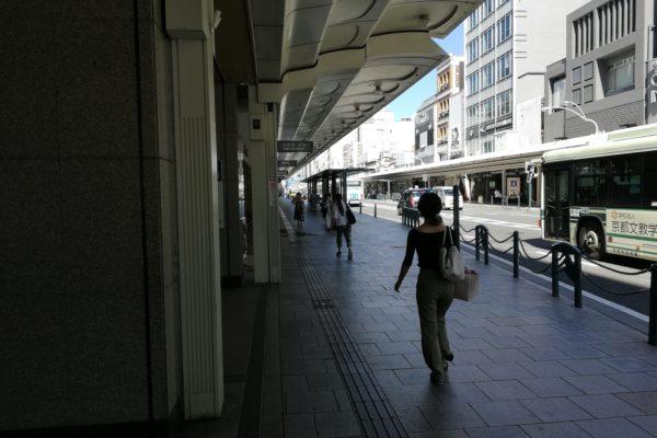 四条河原町店そのまま四条通り沿いを左(西の方角)へお進みください。