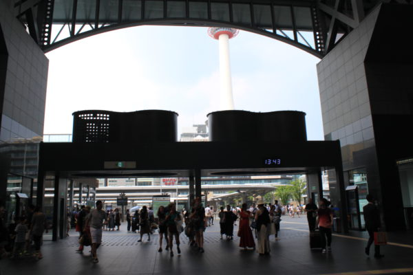京都駅前店JR京都駅中央口の改札を出ます。
