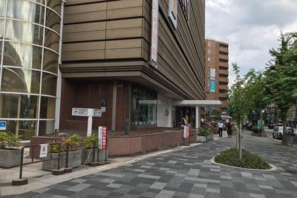 アバンティ店道なりに階段を上がり地上へ出ると、左手後方にアバンティが見えますので左へ曲がり南へ進みます。
