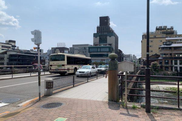 三条河原町店三条大橋を河原町方面へ渡ります。