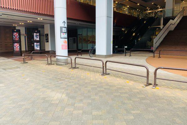 イオンモールKYOTO店駐輪場付近にあるエレベーターもしくはエスカレーターで2階へあがります。