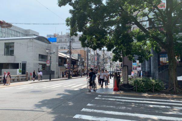 三条河原町店木屋町通りの横断歩道を直進します。