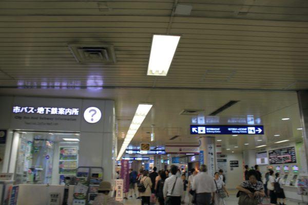 京都駅前店正面のセブンイレブンさん左に曲がり、観光案内所の前を通ります。