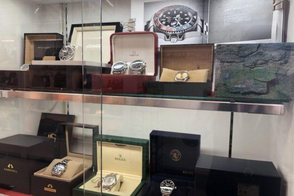 イオンモールKYOTO店ROLEXやOMEGA、HUBLOTなどの高級時計もお買い取りさせて頂いております。保証書などがあれば更に買取額UP致します。
