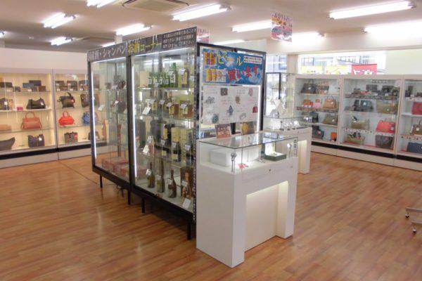 六地蔵店【店内写真①】広々とした店内で様々な商品を販売しております