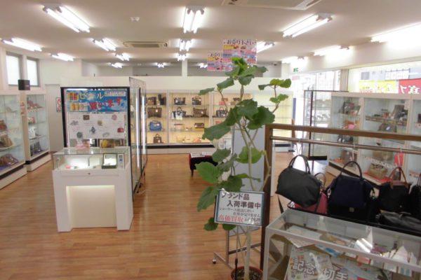 六地蔵店【店内写真②】ルイヴィトンやシャネルなど人気のブランド品も多数取り揃えております